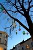 Décoration d'arbre avec des boules de Noël de récupération
